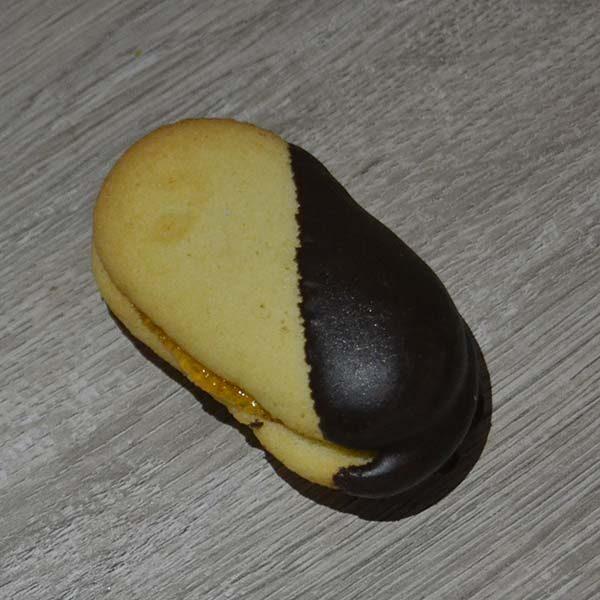 Baci di dama al cioccolato ripieni di marmellata