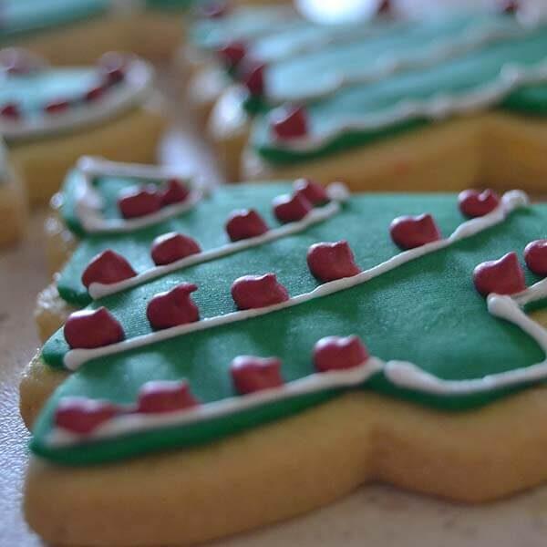 albero di natale decorato su biscotto