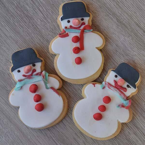 Biscotti decorati a pupazzp di neve