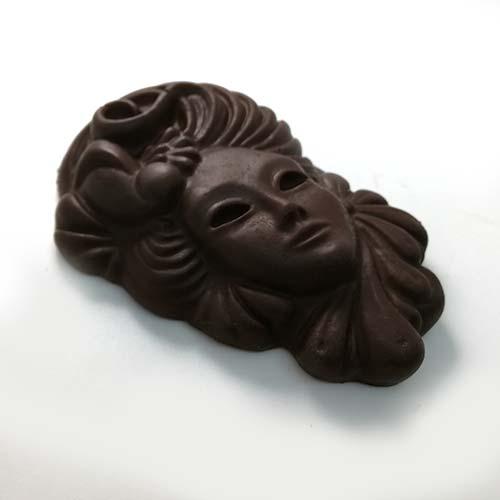 Mascherina di carnevale fatta con cioccolato fondente 60%
