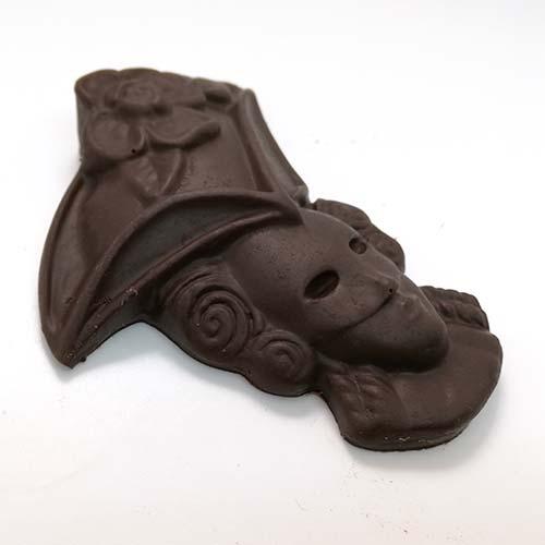 maschera di carnevale, realizzata con cioccolato fondente, senza tracce di latte
