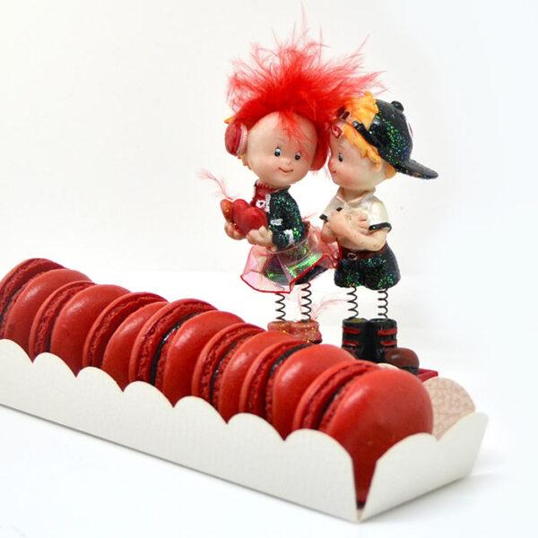 Coppietta di innamorati e macarons rossi