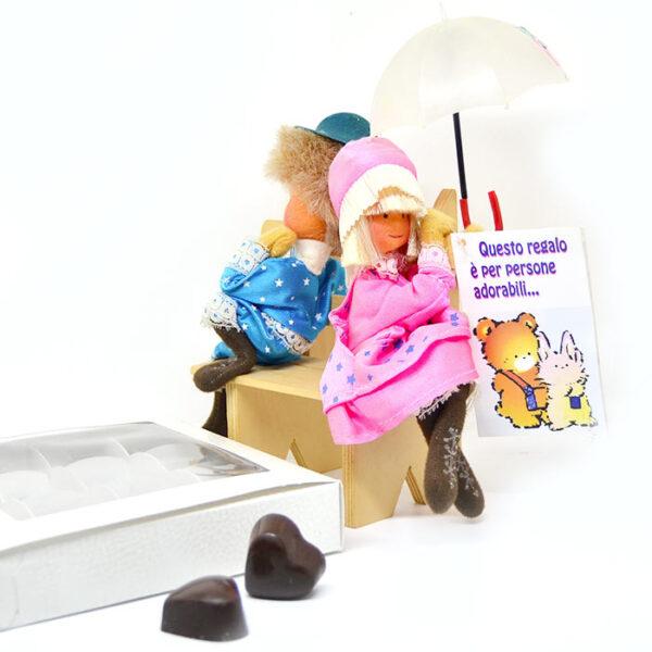 Innamorati su panchina e cioccolatini