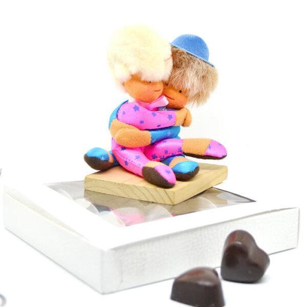Coppietta innamorati con cioccolatini a cuore